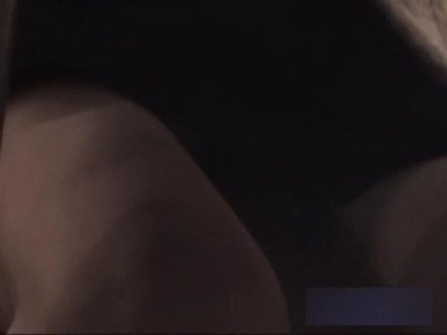 【パンチラ】飲食店のテーブルの下で構えたカメラで前の女の子のパンツを...